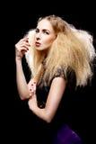 有大头发方式的年轻人相当白肤金发的妇女 免版税库存图片