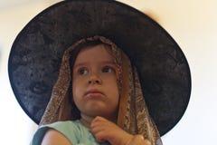 有大帽子的小女孩 免版税库存图片