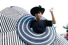 有大帽子的男孩在盛大结局游行 免版税库存图片