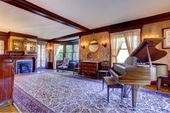 有大平台钢琴的豪华客厅 库存图片