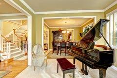 有大平台钢琴的豪华家庭娱乐室 库存图片