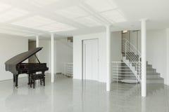 有大平台钢琴的霍尔 库存照片