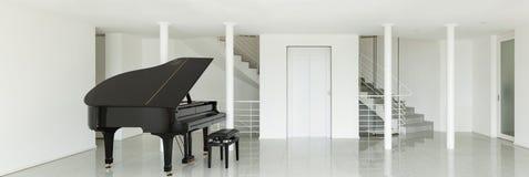 有大平台钢琴的霍尔 免版税库存图片
