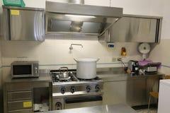 有大平底深锅的工业厨房在火炉和ta 库存照片