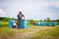 有大微笑的满意的蜂农 免版税库存照片
