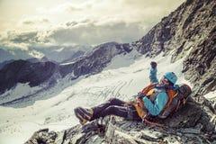 有大微笑的登山人在他的面孔 免版税库存照片