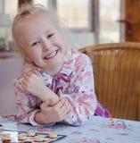 有大愉快的微笑的美丽的小女孩 免版税库存图片