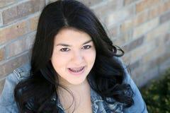 有大括号的美丽的青少年的西班牙女孩 图库摄影