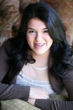 有大括号的美丽的青少年的西班牙女孩 免版税库存照片