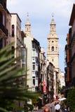 有大教堂钟楼的狭窄的街道  Logrono,西班牙 库存图片