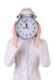有大时钟的可爱的妇女医生 免版税库存图片