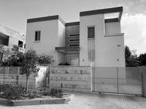 有大木篱芭的私有现代房子在街道上在里雄莱锡安,以色列 免版税库存照片