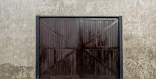 有大木门的混凝土墙 免版税库存图片