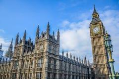 有大本钟钟楼的威斯敏斯特宫在伦敦,英国 免版税图库摄影