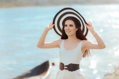 有大条纹海滩帽子的夏天妇女 库存照片