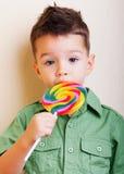 有大棒棒糖的逗人喜爱的男孩 库存照片