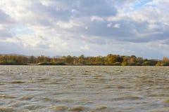 有大波浪和多云天空的池塘 捷克横向 免版税库存照片