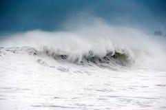 有大波浪打破的风大浪急的海面 免版税库存照片