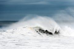 有大波浪打破的风大浪急的海面 库存图片
