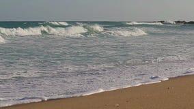 有大波浪的精密行动英尺长度从海滩的西班牙 影视素材