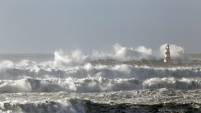有大波浪的风大浪急的海面 库存照片