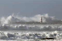 有大波浪的风大浪急的海面 库存图片