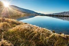 有大海和日落的Mountain湖 库存图片