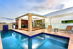 有大海游泳池的豪华旅馆在黑暗的天空 免版税图库摄影