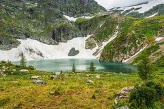 有大海的Mountain湖 免版税库存照片