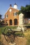 有大炮的红砖法院大楼在前景,费尔法克斯县, VA 免版税库存照片