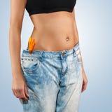 有大牛仔裤减重的妇女 免版税图库摄影