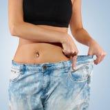 有大牛仔裤减重的妇女 免版税库存照片