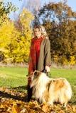 有大牧羊犬狗的中年妇女 库存图片