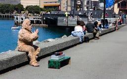 有大猩猩服装的一个人乞求为技巧 免版税图库摄影