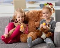 有大玩具熊微笑的小女孩 免版税图库摄影