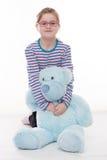 有大玩具熊的小女孩 免版税库存图片