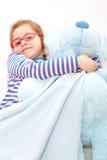 有大玩具熊的小女孩 免版税图库摄影