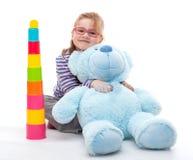 有大玩具熊的小女孩 免版税库存照片