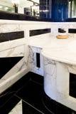 有大理石内阁的桌面和墙壁卫生间 库存照片
