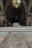 有大理石柱、壁画&彩色玻璃天窗的-被放弃的教会法坛-纽约 免版税库存照片