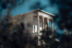 有大理石柱的寺庙在蓝天 建筑学结构和设计 纪念碑和地标 暑假和 免版税库存图片