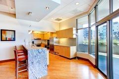 有大理石桌面和红色凳子的厨房室 库存图片
