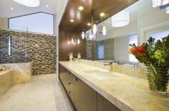 有大理石装饰的卫生间 免版税库存照片