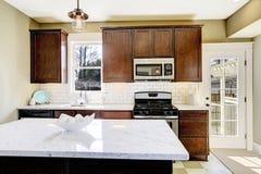 有大理石顶面海岛的厨房室 免版税图库摄影