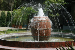 有大瓶子的喷泉在庭院里 免版税库存照片