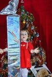有大甜圣诞节礼物的逗人喜爱的小女孩 库存图片