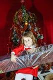 有大甜圣诞节礼物的逗人喜爱的小女孩 免版税库存照片