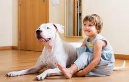 有大白色狗的小女孩 免版税库存图片