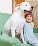 有大白色狗的小女孩 免版税库存照片
