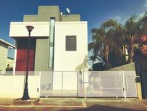 有大白色篱芭的私有现代房子在街道上在里雄莱锡安,以色列 库存图片